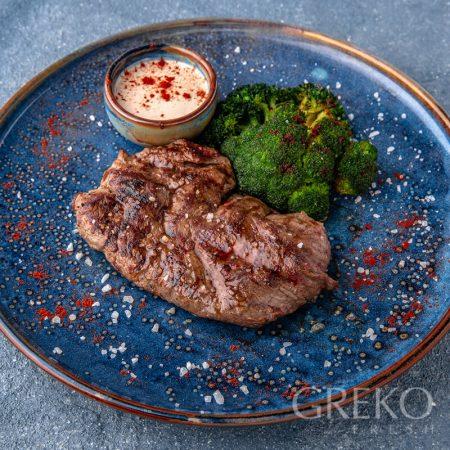 Steak de vita cu broccoli și sos Bourbon
